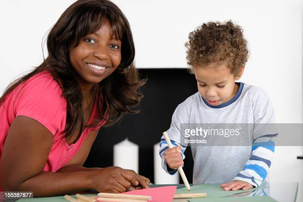 Gros plan d'une dame afro-américain/Childminder/Carer supervision d'œuvres d'art originales