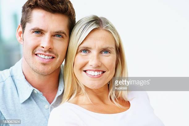 Gros plan d'un beau couple souriant