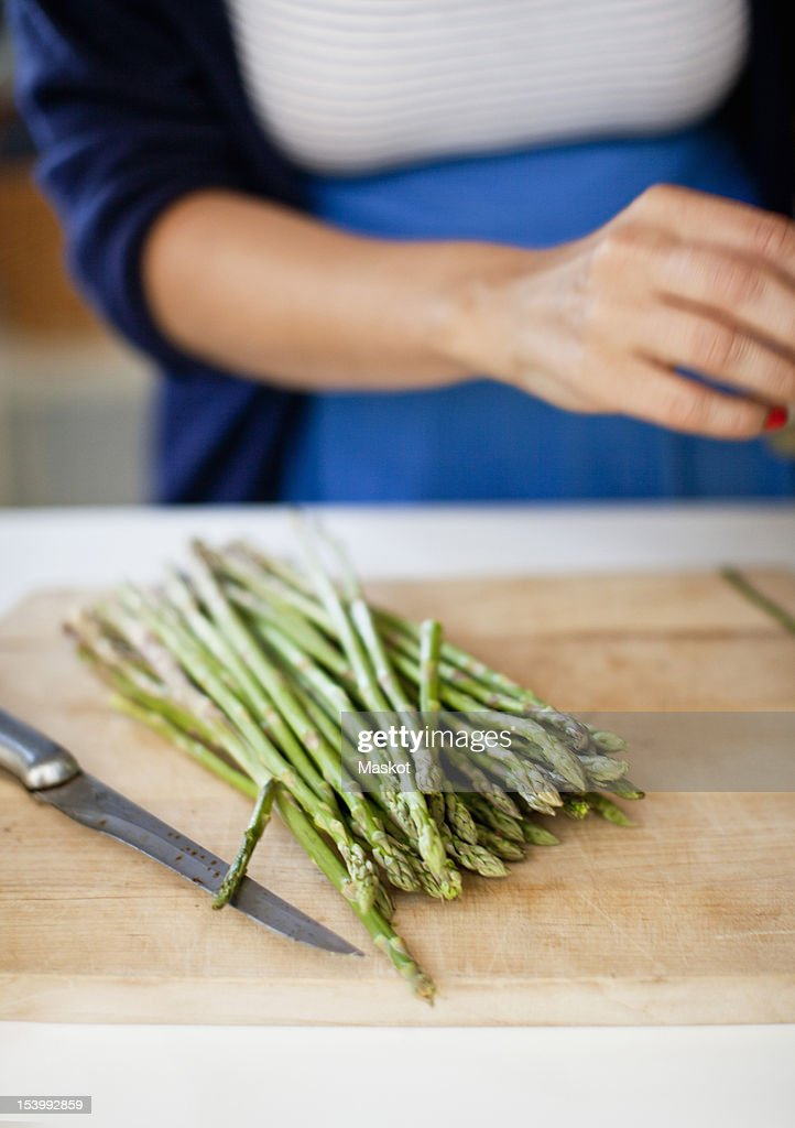 Close-up of asparagus on cutting board : Stock Photo