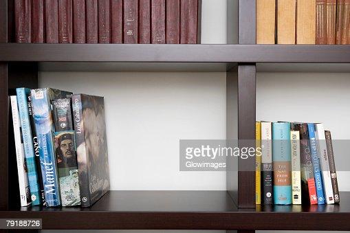Close-up of books in shelves : Foto de stock