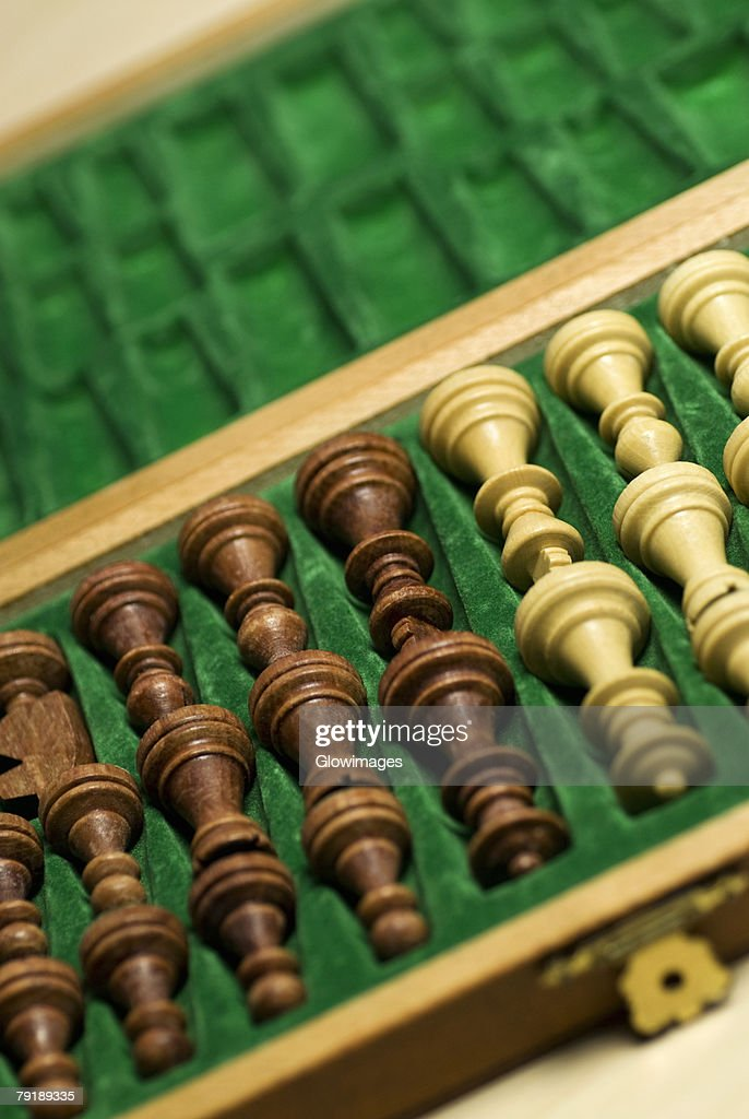 Close-up of chess pieces in a wooden box : Foto de stock