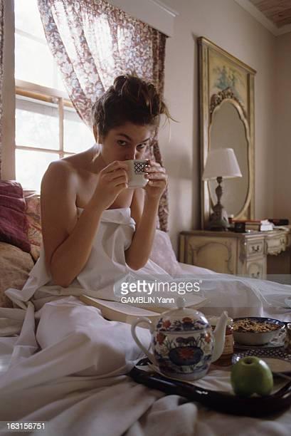 CloseUp Of Cindy Crawford Décembre 1989 Cindy CRAWFORD 22 ans mannequin américain le plus cher du moment Chez elle dans sa chambre Cindy CRAWFORD...