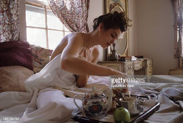 CloseUp Of Cindy Crawford Dcembre 1989 Cindy CRAWFORD 22 ans mannequin amricain le plus cher du moment Chez elle dans sa chambre Cindy CRAWFORD vtue...