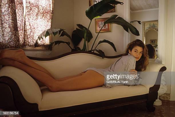 CloseUp Of Cindy Crawford Décembre 1989 Cindy CRAWFORD 22 ans mannequin américain le plus cher du moment Chez elle dans son salon vêtue d'une chemise...