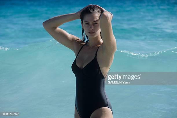 CloseUp Of Cindy Crawford Décembre 1989 Cindy CRAWFORD 22 ans mannequin américain le plus cher du moment En maillot de bain une pièce noir lors d'une...