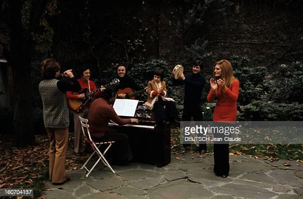Closeup Of Dalida Dalida en compagnie de Luigi s'entraîne avec son groupe de musiciens dans le jardin de sa maison un pianiste un guitariste...