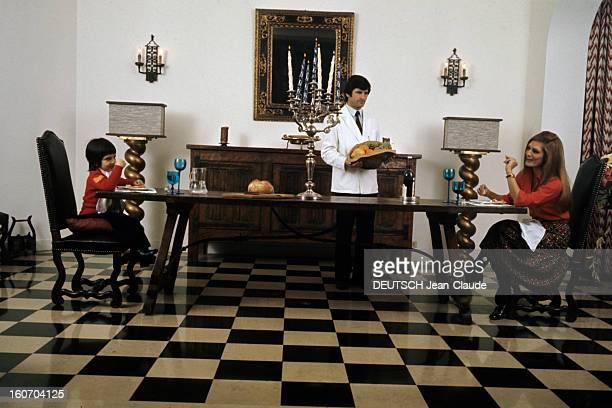 Closeup Of Dalida Dalida et son petit neveu et filleul âgé de cinq ans Luigi déjeunent autour d'une table en bois trés longue placés chacun à son...