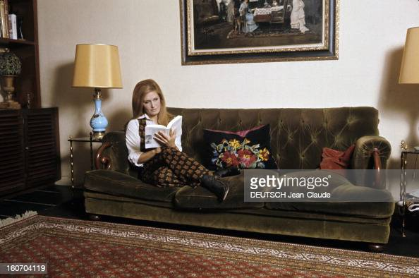 Close up of dalida stock photos and pictures getty images for Lit dans le salon