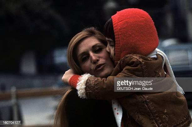 Closeup Of Dalida Luigi un passemontagne rouge enfilé sur la tête embrasse Dalida en extérieur