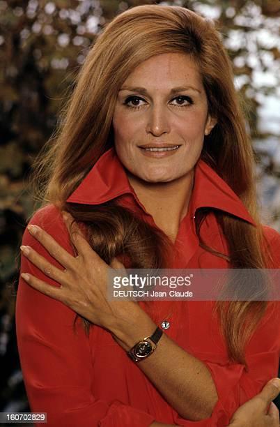 Closeup Of Dalida Portait de Dalida vêtue d'une chemise rouge col ouvert sa main gauche posée sur son épaule droite prise de vue en extérieur