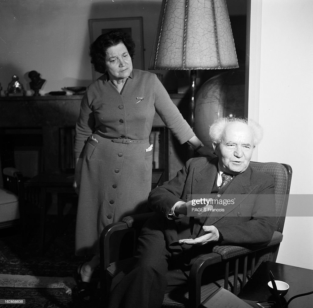 CloseUp Of David Ben Gurion En Israël le 2 janvier 1957 le premier ministre David BEN GOURION dans son salon avec son épouse Paula BEN GOURION