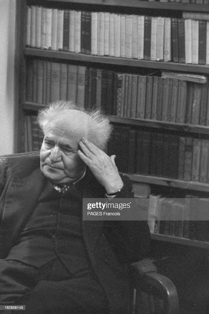 CloseUp Of David Ben Gurion En Israël le 2 janvier 1957 portrait en intérieur du premier ministre David BEN GOURION assis devant une bibliothèque une...