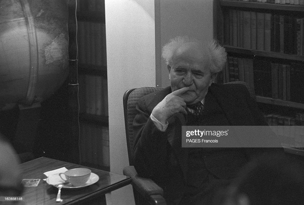CloseUp Of David Ben Gurion En Israël le 2 janvier 1957 portrait en intérieur du premier ministre David BEN GOURION assis devant une bibliothèque un...