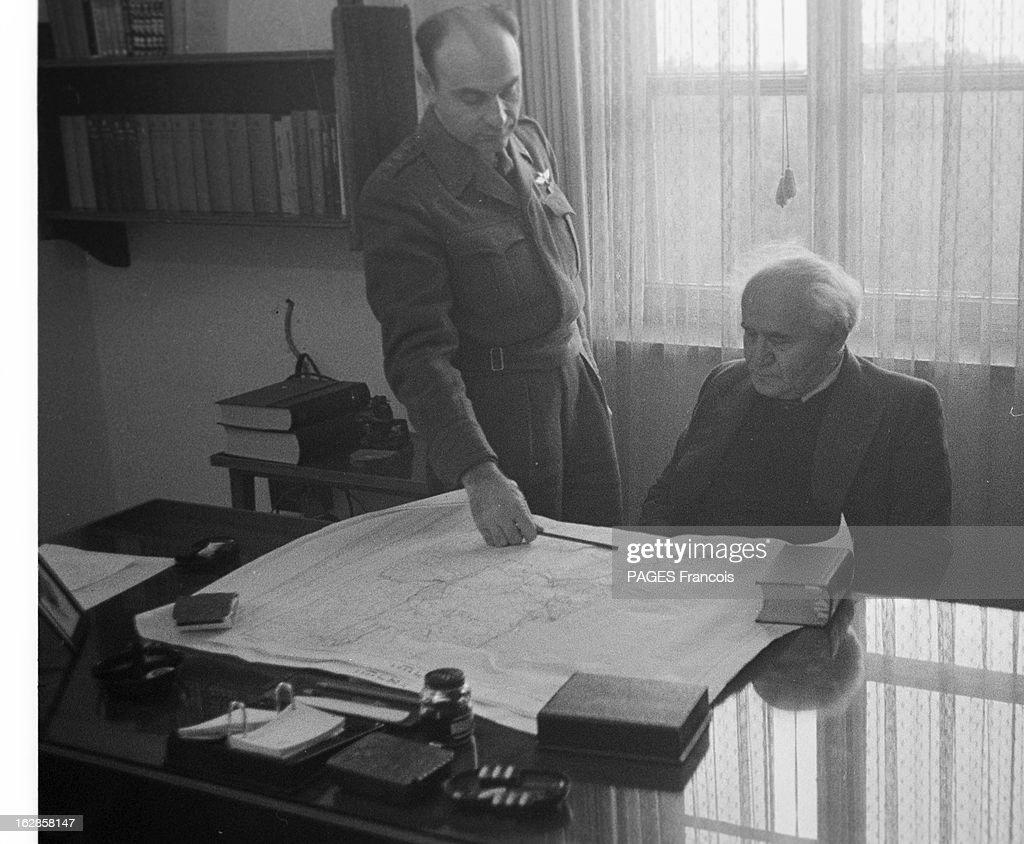 CloseUp Of David Ben Gurion En Israël le 2 janvier 1957 portrait en intérieur du premier ministre David BEN GOURION assis à son bureau en compagnie...