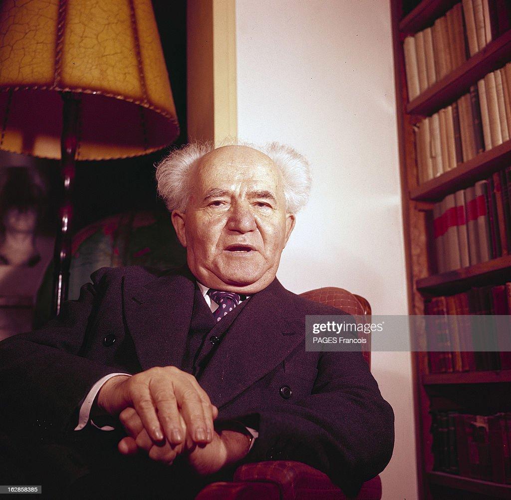 CloseUp Of David Ben Gurion Portrait en intérieur de Ben GOURION en costume cravate assis dans un fauteuil près d'un lampadaire et d'une bibliothèque
