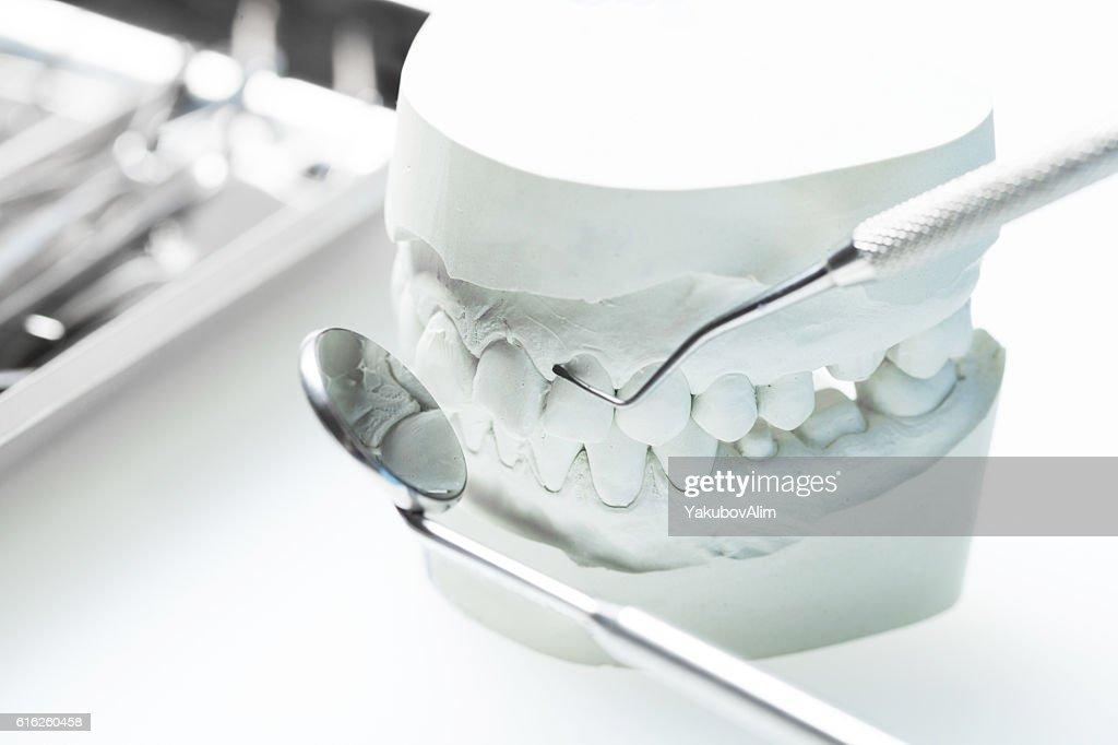 Fechar-se de mãos de dentista e equipamento dentário : Foto de stock