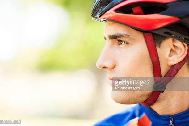Gros plan du mâle cycliste déterminé