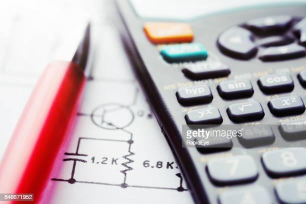 Gros plan du schéma avec calculatrice et stylo à bille