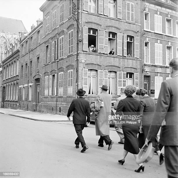 CloseUp Of Edgar Faure Paris 5 Octobre 1955 Edgar FAURE homme politique Français coiffé d'un chapeau noir et d'un manteau noir traversant une avenue...