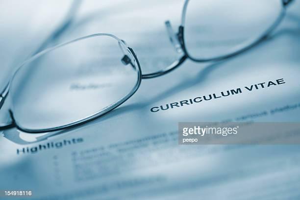 Primo piano degli occhiali su curriculum vitae.