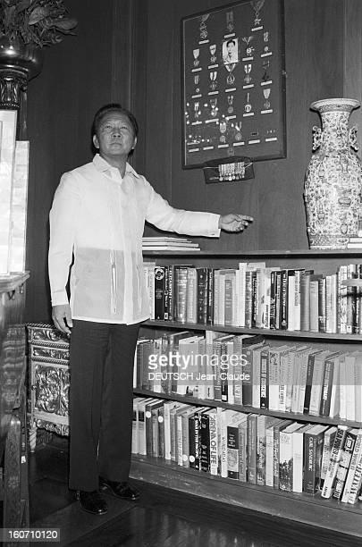 Closeup Of Ferdinand And Imelda Marcos Philippines 24 janvier 1982 le Président Ferdinand MARCOS pose devant sa bibliothèque dans le Palais...
