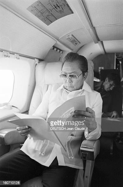Closeup Of Ferdinand And Imelda Marcos Philippines 24 janvier 1982 le Prsident Ferdinand MARCOS dans un avion lisant un dossier