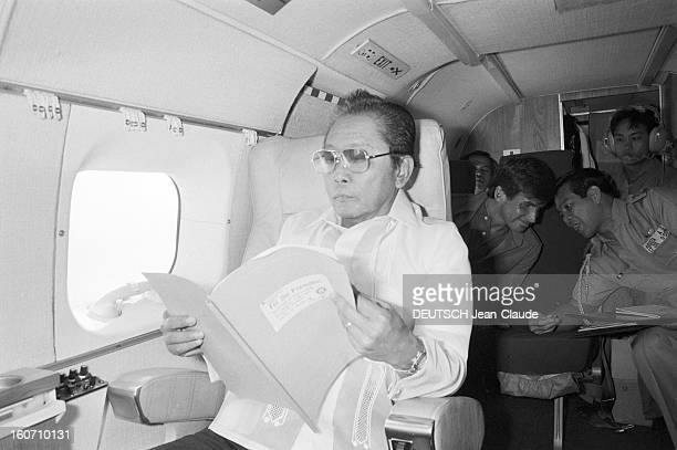 Closeup Of Ferdinand And Imelda Marcos Philippines 24 janvier 1982 le Président Ferdinand MARCOS dans un avion lisant un dossier