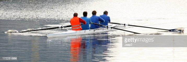 クローズアップ 4 つの男性ボートで運河