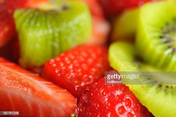 Nahaufnahme von frischen Erdbeeren und Kiwi Frucht in Sirup