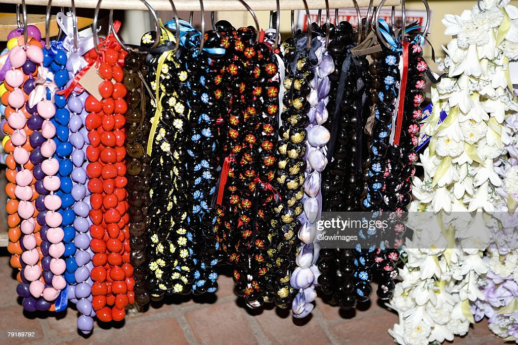 Close-up of garlands and necklaces hanging in a store : Foto de stock
