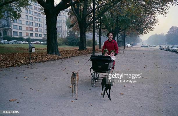 CloseUp Of Genevieve Page Paris 10 octobre 1963 Sur une avenue du XVIe arrondissement Geneviève PAGE portant un manteau rouge et un bonnet noir...