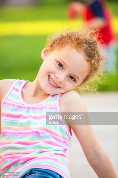 Nahaufnahme von Mädchen mit roten Locken Pferdeschwanz