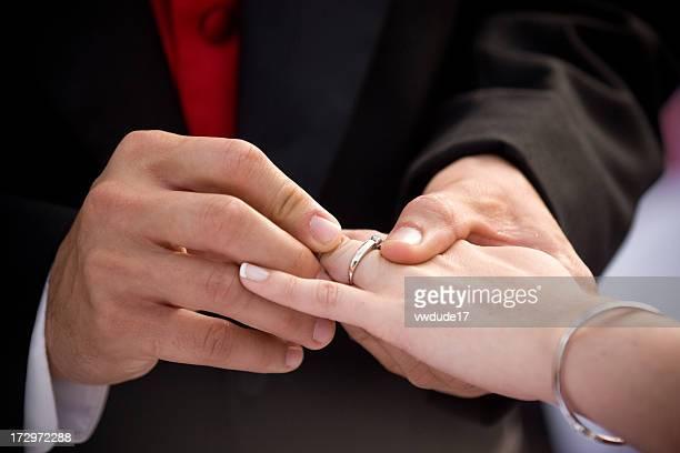 Bräutigam du Ehering auf die Braut
