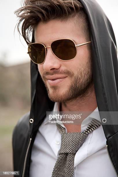 モデルのあるハンサムな男性のクローズアップ