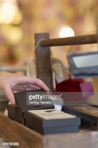 Close-up of human hand holding small box : Stockfoto
