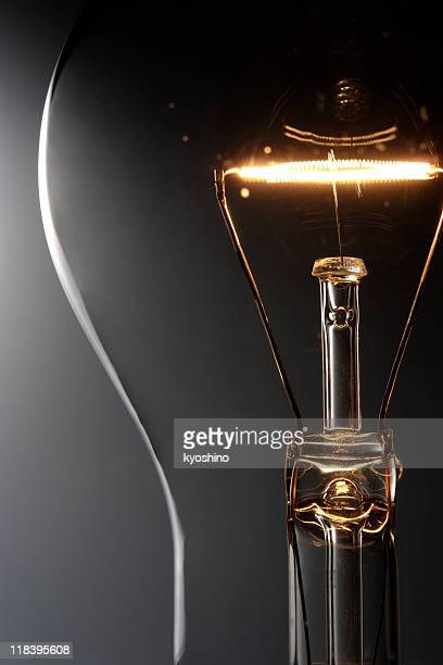 Nahaufnahme der beleuchteten Glühbirne auf Abstufung Hintergrund