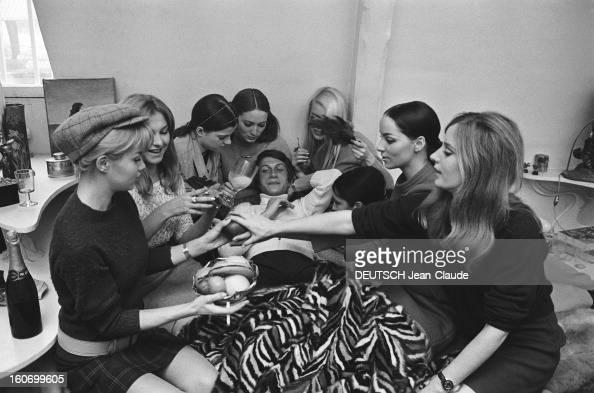 Closeup Of Jacques Dutronc Jacques DUTRONC entouré de covergirls aux petits soins pour lui Illustration de la chanson 'Playboys' où il chante les...
