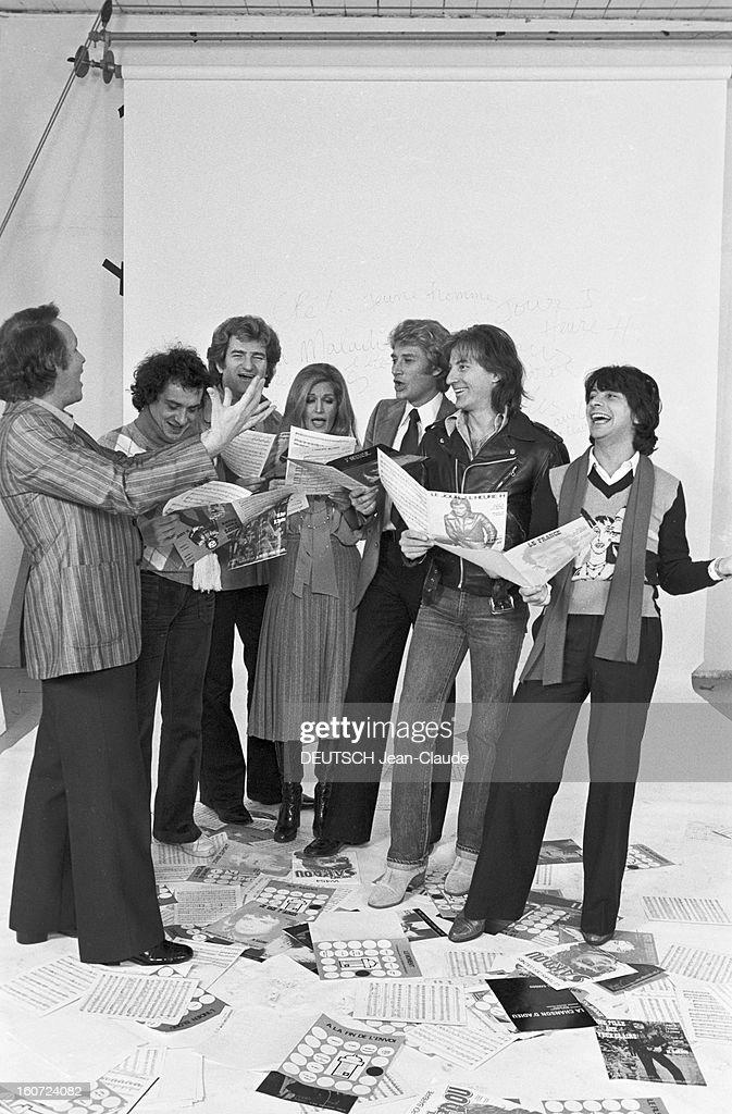 Close-up Of Jacques Revaux. A Paris, en studio, le compositeur Jacques REVAUX, à gauche, faisant chanter ses chanteurs, de gauche à droite, Michel SARDOU, Eddy MITCHELL, DALIDA, Johnny HALLYDAY, Hugues AUFRAY et Hervé VILARD, tenant chacun une partition.