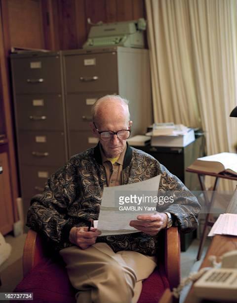 CloseUp Of James Michener American Novelist Aux EtatsUnis le 25 mai 1994 portrait de l'écrivain James MICHENER chez lui lisant assis à son bureau une...