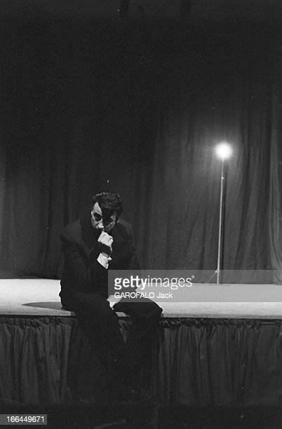 CloseUp Of JeanMarc Tennberg France Paris 25 mars 1957 l'acteur et poète français JeanMarc TENNBERG s'épanouit sur la scène du Théâtre Marigny en...