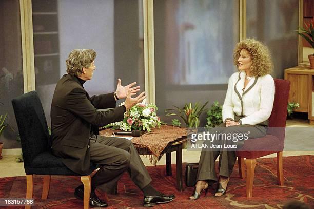 CloseUp Of Jocelyne Wildenstein New York 24 février 1999 Sur un plateau de télévision Jocelyne WILDENSTEIN participant à une émission assise face à...