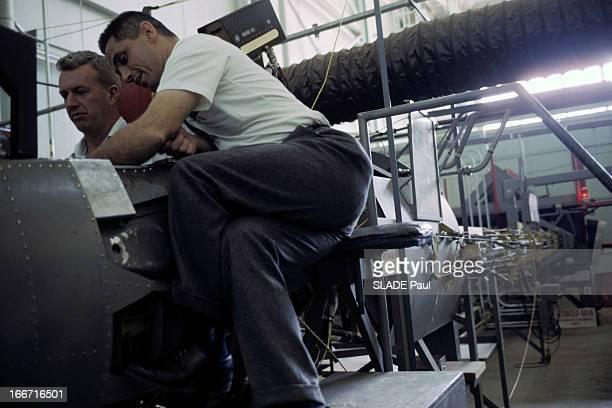 CloseUp Of Joe Walker X15 Pilot Aux EtatsUnis en 1963 dans un hangar de la base d'Edwards en Californie Joe WALKER installé aux commandes de l'avion...