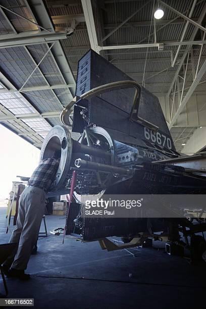 CloseUp Of Joe Walker X15 Pilot Aux EtatsUnis en 1963 dans un hangar de la base d'Edwards en Californie un technicien penché à l'intérieur du moteur...