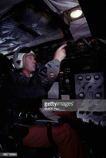 CloseUp Of Joe Walker X15 Pilot Aux EtatsUnis en 1963 Joe WALKER avec un casque installé dans le cockpit de l'avion fusée X15