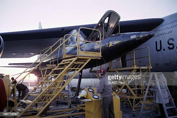 CloseUp Of Joe Walker X15 Pilot Aux EtatsUnis en 1963 sur la base d'Edwards en Californie des techniciens et des échafaudages autour de l'avion fusée...