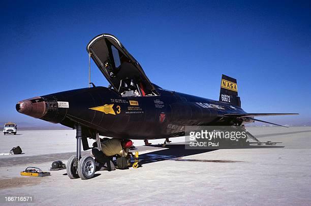 CloseUp Of Joe Walker X15 Pilot Aux EtatsUnis en 1963 sur la base d'Edwards en Californie un technicien agenouillé sous l'avion fusée X15