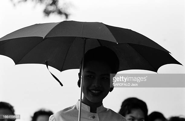 CloseUp Of King Bhumibol Adulyadej And Queen Sirikit Sovereigns Of Thailand Thaïlande Bangkok 1961 Le roi BHUMIBOL ADULYADEJ et la reine...