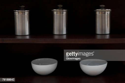 Close-up of kitchen utensil in shelves : Foto de stock