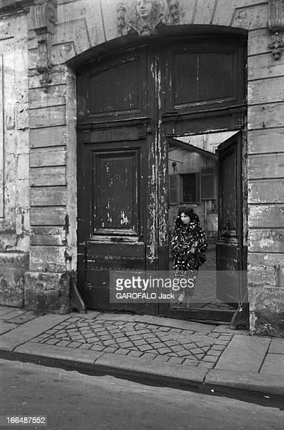 CloseUp Of Leonor Fini Painter And Theater Decorator Paris décembre 1953 Léonor FINI peintre chez elle et dans un atelier de décorL'artiste peintre...