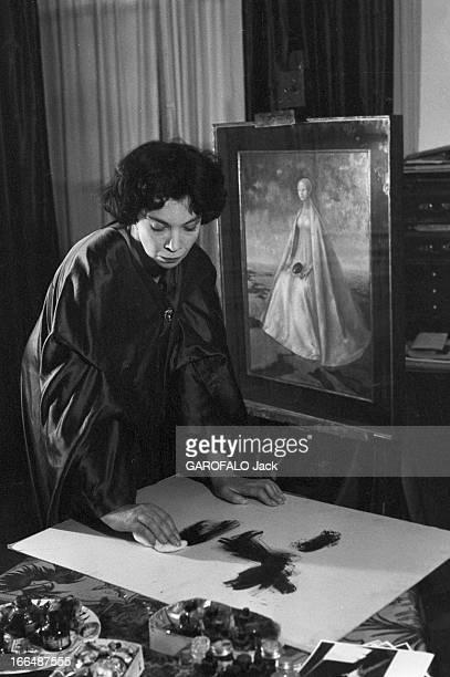CloseUp Of Leonor Fini Painter And Theater Decorator Paris décembre 1953 Léonor FINI chez elle Devant un tableau représentant une femme Léonor FINI...